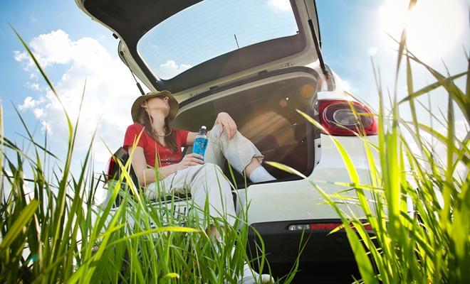 In je auto slapen om geld te besparen is een back-up oplossing. Maar verwacht niet in een dergelijke staat een comfortabele nacht door te brengen.