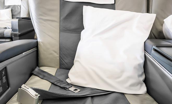 Elke zitplaats biedt een kussen, maar u kunt een tweede van de stewardessen vragen als dit uw comfort kan verbeteren.