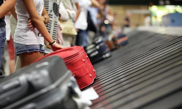 Formalità aeroportuali con controlli di biosicurezza.