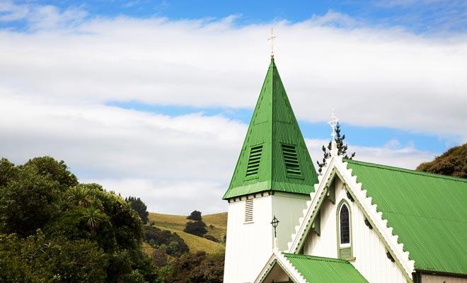 Het wordt gemakkelijk herkend door het dak beschilderd groen. De kerk van Akaroa was de eerste katholieke kerk in Nieuw-Zeeland.