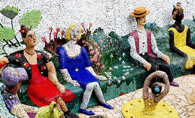 Mozaïekbeelden versieren de tuin van Josie Martin (die ook het aangrenzende Bed and Breakfast beheert). Franse liedjes worden uitgezonden en dragen bij aan de unieke sfeer van deze tuin van Akaroa.
