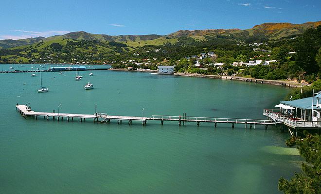 Het schiereiland Banks en het kleine dorpje Akaroa trekken Christchurch's vakantiegangers en toeristen uit de hele wereld die droomt om te zwemmen met dolfijnen.