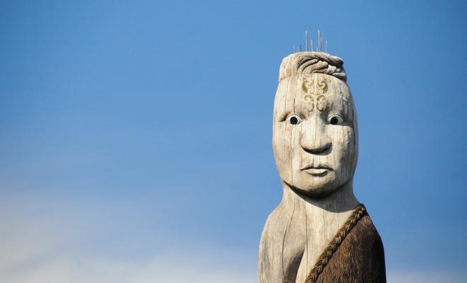 De moedige wandelaars die de heuvels van het schiereiland beklimmen worden beloond voor hun inspanningen. Het is niet ongewoon om maoribeelden te vinden.