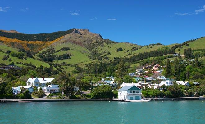 Het dorp is gebouwd op een heuvel en heeft een vissershaven. Het is het basis kamp voor vele wandelingen in het schiereiland Banks.