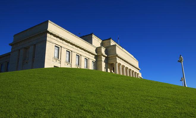 El museo está situado en la colina que domina el gran Auckland Domain Park, no te lo puedes perder.
