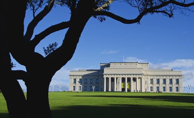 El dominio de Auckland es el espacio verde más grande de la ciudad. El enorme césped junto al museo alberga conciertos al aire libre. También puede pasear por el bosque y admirar las estatuas.