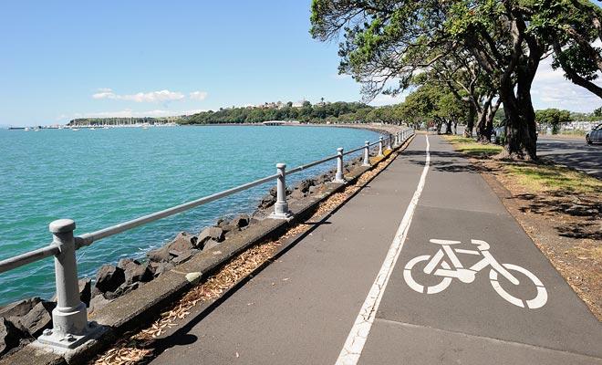 Er zijn self-service fietsen, maar u kunt ze huren in de stad. Auckland is een zeer goed uitgeruste stad voor fietsen. Met gereserveerde tracks kunt u wegrijden van het autoverkeer.