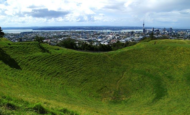 Auckland is gebouwd op ongeveer vijftig uitgestorven vulkanen (de laatste uitbarsting dateert uit 600 jaar). Mount Eden is inderdaad een vulkaan, maar u mag niet in de krater dalen.