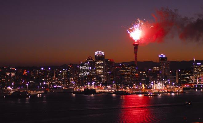 Het vuurwerk van het nieuwjaar wordt ontslagen van de Sky Tower. Om het te bewonderen, is het beter om het stadscentrum te verlaten.