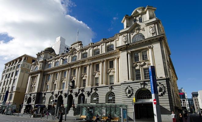 Als de stad veel elegante gebouwen zoals dit heeft, zijn er veel wolkenkrabbers en gebouwen die oud worden.
