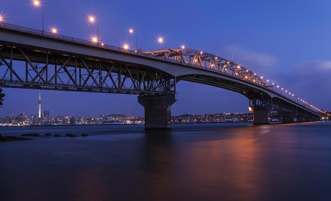 Als u bungee-springen wilt proberen, bezoek dan de Auckland Harbour Bridge.