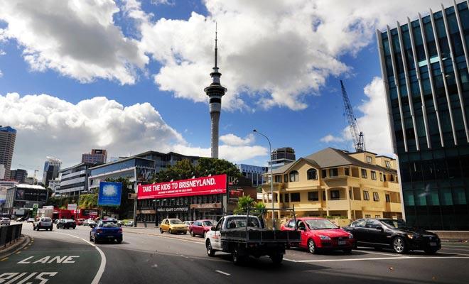 Muchos viajeros aprenden a conducir por la izquierda en Nueva Zelanda. La gente se acostumbra rápidamente a este modo de conducir, pero debe permanecer vigilante durante la estancia.