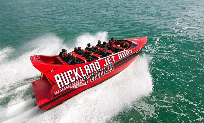 Dos compañías de jet boat permiten admirar el puerto deportivo de Auckland y la ciudad de las velas. La ruta permite tomar fotos de la Sky Tower y el puente del puerto desde diferentes ángulos.
