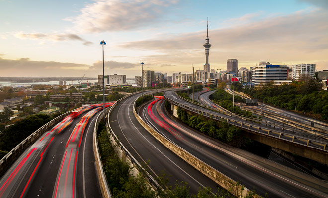 Nueva Zelanda tiene sólo unas pocas autopistas en las afueras de las principales ciudades del país. El resto del país está atravesado por las Autopistas de Velocidad que no son autopistas, sino nacionales.