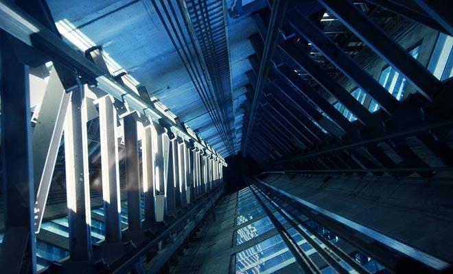 La cabina del ascensor de la torre del cielo tiene un piso transparente del plexiglás. Si usted está mareado, es mejor evitar mirar sus pies.