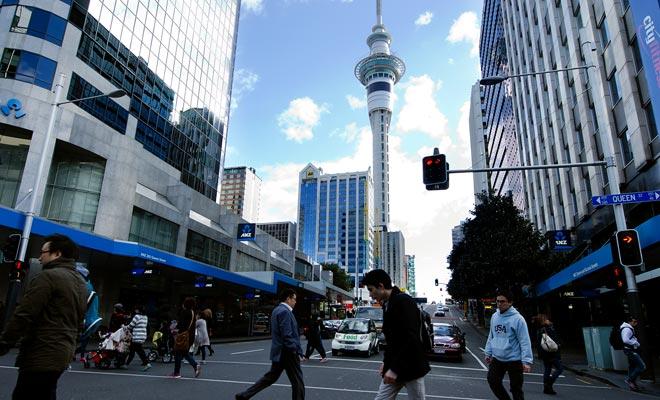 Nieuw-Zeeland heeft een lage schuldquote en de werkloosheid is laag. Als de lonen lager zijn dan in Australië of een rijk Europees land, komt de uitzonderlijke kwaliteit van het leven in grote mate tegen dit nadeel.