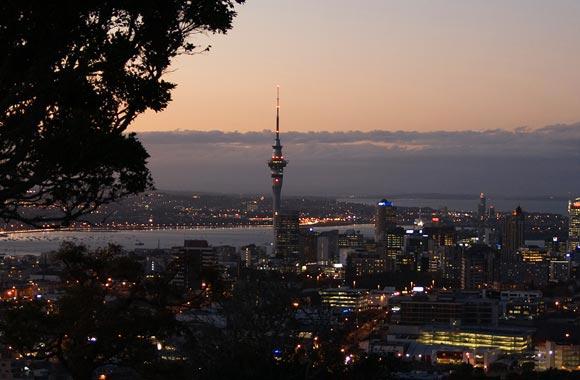 Con casi un tercio de la población del país reunida en el mismo lugar, Auckland es la ciudad más grande de Nueva Zelanda. También es, según el índice Mercer, la segunda ciudad más agradable del mundo.