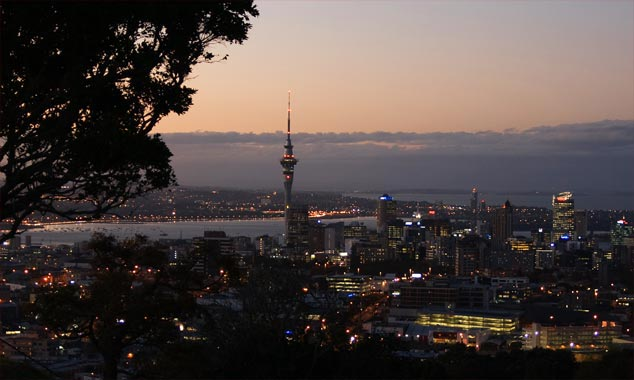 Vista de Auckland en la noche del monte Eden.