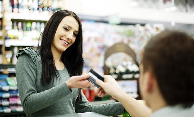 Abrir una cuenta bancaria permite no pagar altas tarifas por cada retiro en cajeros automáticos. En la medida en que usted pasa varios meses, si no un año entero, en el país, poseer una tarjeta de débito es esencial.