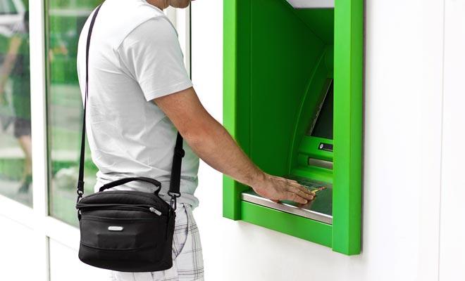 De EFTPOS-kaart is een bankkaart die u in principe in staat stelt om in contanten geld te betalen of te betalen. De hoofdlimiet betreft internet- en telefoonaankopen.