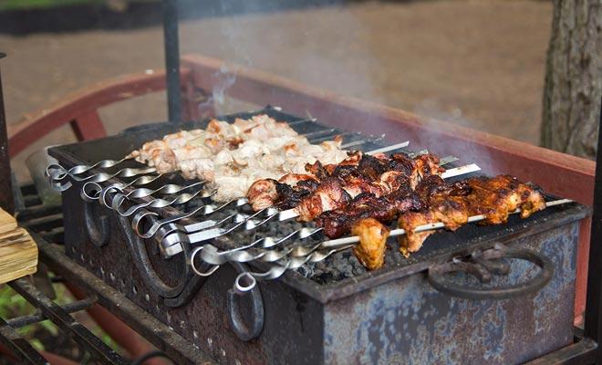 Het maakt niet uit of de weersvoorspelling regen voorspelt, de BBQ zal plaatsvinden, ongeacht wat er gebeurt. Bijnaam barbies, Nieuw-Zeeland Barbecues zijn heilig.