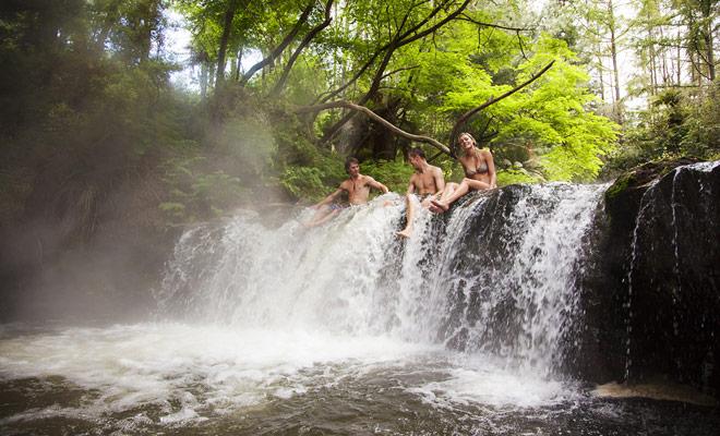 Sólo los meses más calientes del año son realmente buenos para nadar en Nueva Zelanda, pero hay muchos manantiales o ríos calentados por la actividad geotérmica que permiten nadar incluso en el medio del invierno.