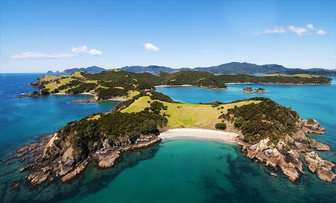 Hay 144 islas en la bahía. Algunos están habitados, otros han abandonado las ruinas de fuertes maoríes.