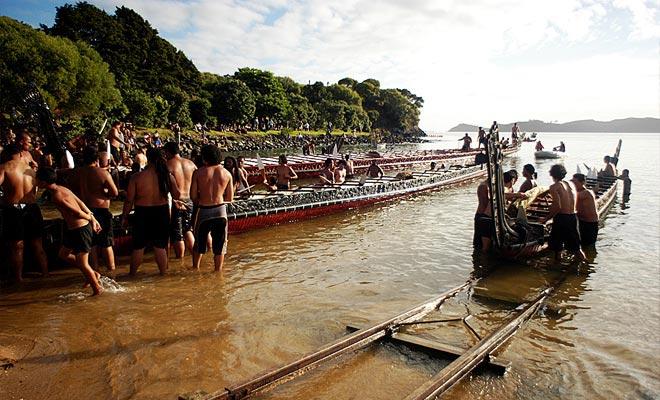 Las canoas de guerra maoríes se lanzan durante el Día de Waitangi, la fiesta nacional.