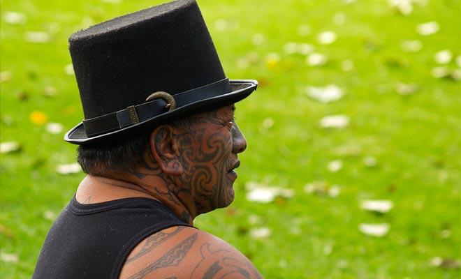 Een aanzienlijk deel van de Maori-bevolking leeft in armoede. Aangezien de meest achtergestelde wijken buiten toeristische gebieden liggen, voelen bezoekers soms dat armoede niet in dit land bestaat.