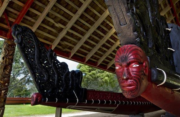 La visita de Waitangi hace posible admirar la mayor canoa de guerra del mundo, llamada Matawhaorua. Se necesitan cien remeros para maniobrarlo.