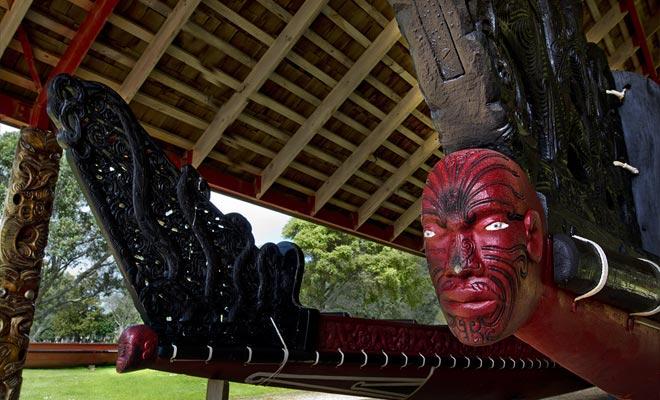 La visita de Waitangi hace posible admirar la canoa de guerra más grande del mundo, llamada Matawhaorua. Se necesitan cien remeros para maniobrarlo.