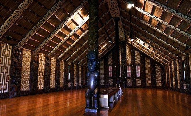 Elke gesneden pilaar van de Whare Runanga vertegenwoordigt een stamtekenaar van het Waitangi-verdrag.