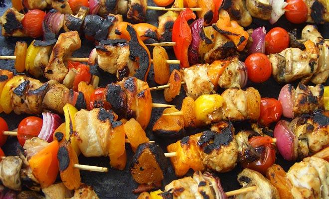 Barbecuen is een heilige traditie en u kunt uw verloving niet uitsluiten, omdat het regent. Breng salades als u uitgenodigd bent, en geniet van!