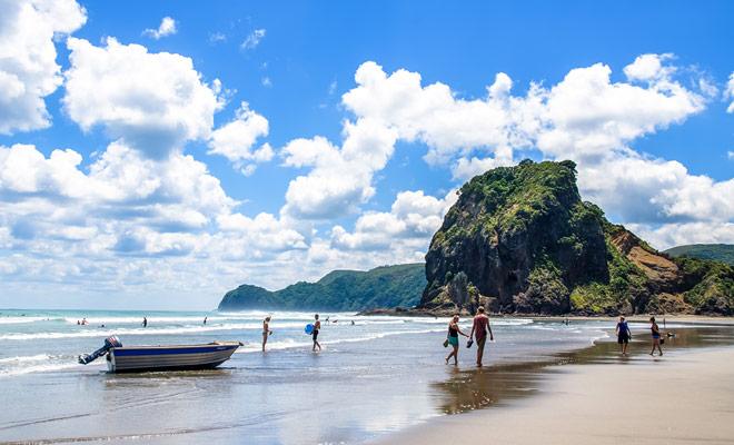 Kiwipal recomienda que disfrute de su primer día en Nueva Zelanda para descansar yendo a la playa. Después de pasar 24 horas en un avión, un gran tazón de aire fresco es esencial.