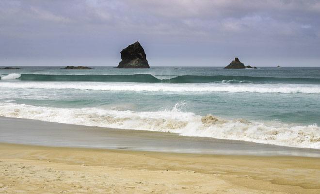 Bañarse es difícil en el sur de Nueva Zelanda porque la temperatura del agua cae por debajo de los 20 grados Celsius. Los surfistas usarán una combinación.