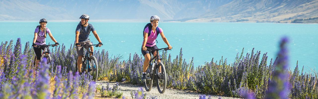 Paseo en bicicleta de montaña en un sendero en Nueva Zelanda.