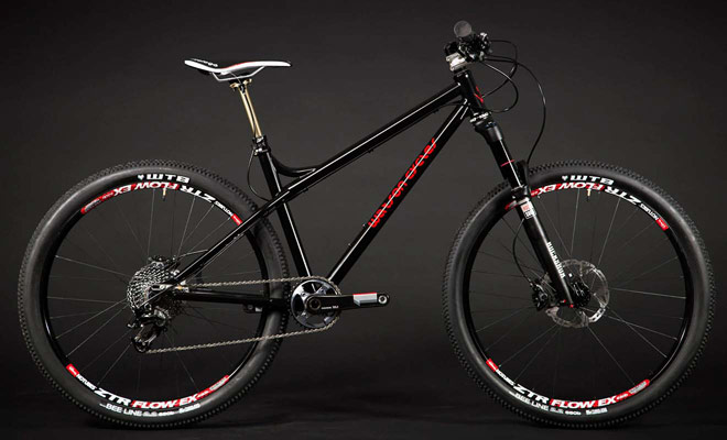 La bicicleta de montaña clásica que se encuentra en Europa es un modelo versátil adecuado para cualquier pista.