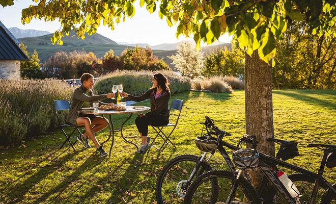 Si desea seguir senderos de bicicleta de montaña durante varios días, tendrá que reservar noches en camas y desayunos o hoteles, a menos que prefiera dormir bajo las estrellas o en campings?