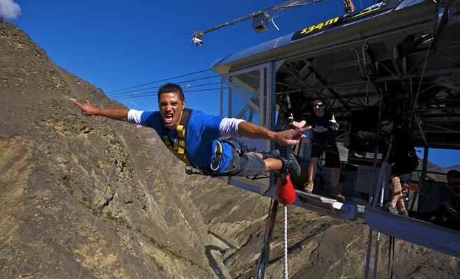 El Nevis no es un salto de bungee en el vacío como los otros! Usted hará el gran buceo desde la parte superior de un teleférico para una caída de vértigo de 134 metros!