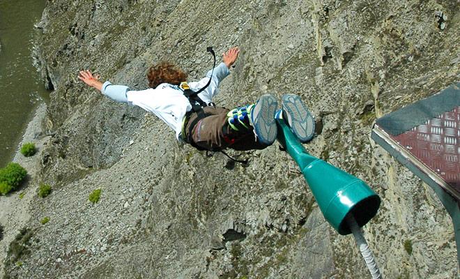 El funicular de Nevis carga a sus pasajeros y luego se posiciona por encima del vacío donde los candidatos para el salto de bungee más alto en Nueva Zelanda será capaz de saltar.