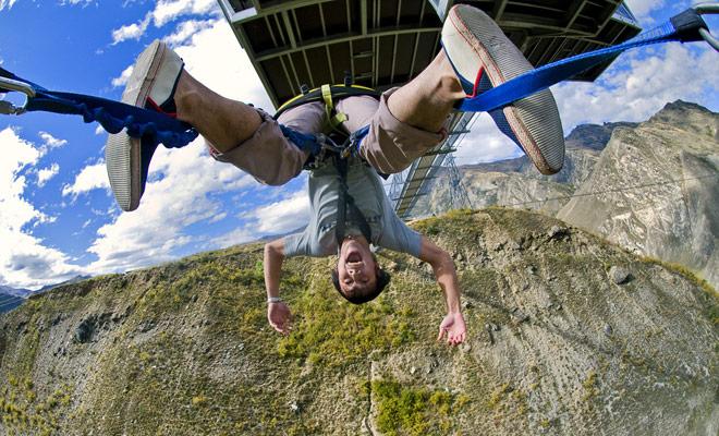 La mayoría de los organizadores de salto bungy ofrecen descuentos en el segundo salto del día. Si cerraste los ojos la primera vez, quizás quieras empezar de nuevo, pero un solo salto debería ser suficiente para empezar.