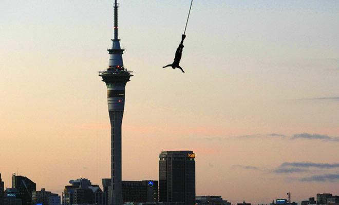Si desea probar bungee jumping en Auckland, tendrá que saltar desde la parte superior del puente más alto de la ciudad, el puente del puerto. Usted caerá en una distancia de 35 metros!