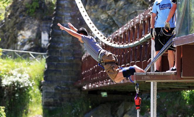 Bungee saltando generalmente tiene lugar desde la parte superior de un puente y la caída es entre 30 y 50 metros.