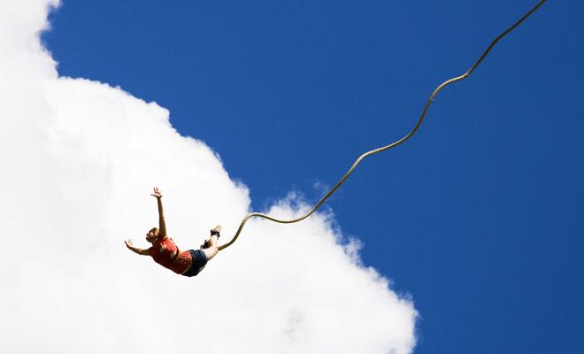 La pasión de los neozelandeses por el salto bungy los impulsa a intentar saltar la mayoría de los puentes del país. Usted será mimado por la opción de encontrar un punto de salto, pero las principales ciudades turísticas como Queenstown, Rotorua o Hanmer Springs ofrecen los mejores lugares.
