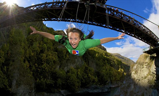 Aquellos que han probado el paracaídas y el bungee jumping normalmente consideran que es mucho más aterrador saltar al vacío cuando tienen indicaciones visuales precisas. Por lo tanto, el salto bungy si mucho más impresionante la primera vez.