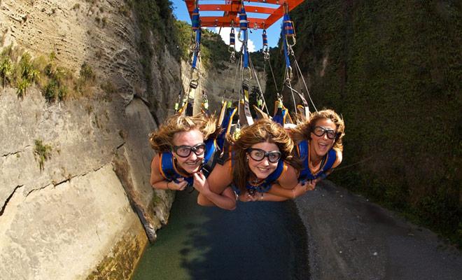 El Mokai Gravity Canyon es otra variante del Zipline que puede ser practicado por tres personas al mismo tiempo. La experiencia es más divertida que aterradora y deriva su éxito en parte de la belleza del cañón donde se desarrolla la actividad.