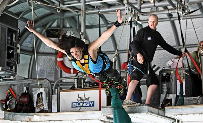 Bungee jumping es una especialidad de Nueva Zelanda, y por buena razón, la disciplina se ha inventado en este país y se ha desarrollado gradualmente en todo el mundo.