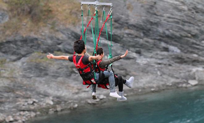 La Zipline tal como se le ha propuesto en Nueva Zelanda es simplemente una variante de la Zipline, y se puede practicar en tándem.