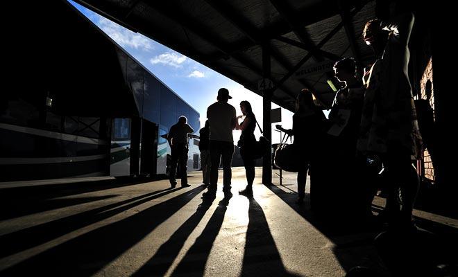 De buspassagier moet vaak lang wachten voordat hij zijn bagage terugvindt van de kofferbak.
