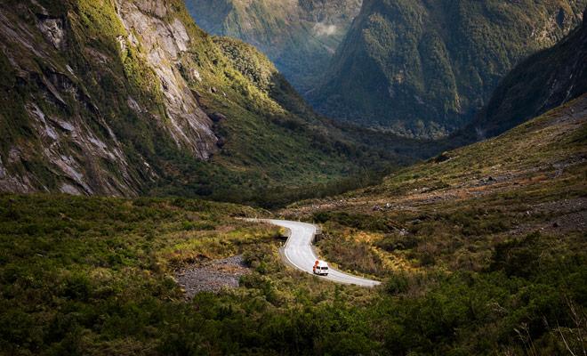 Chi torna da un soggiorno in Nuova Zelanda vi dirà che la guida nel paese è una vera delizia. La bellezza dei paesaggi gioca per molti, naturalmente, ma sono soprattutto le strade deserte che danno la sensazione di avere il paese per se stessi.